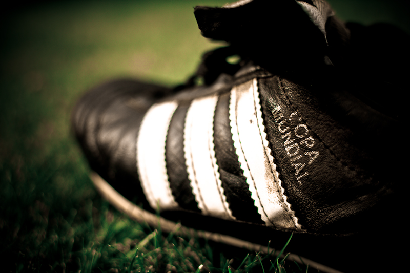 zwarte voetbalschoen